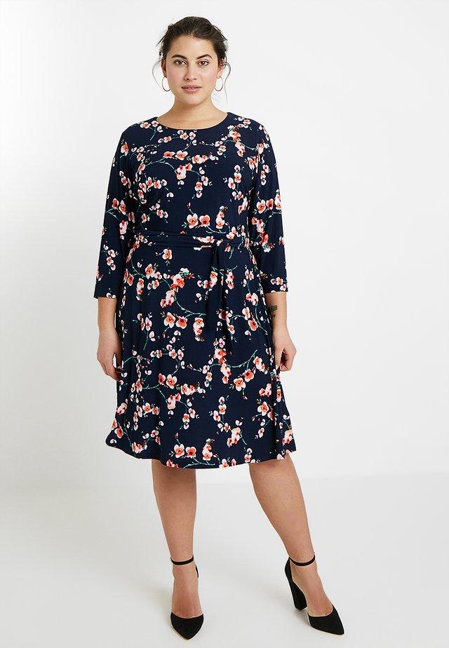 ELYSSA 3/4 SLEEVE DRESS - Žerzejové šaty - navy/pink/multi