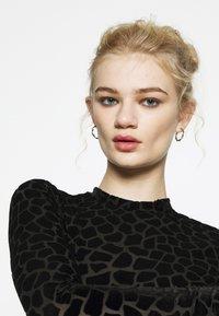 Never Fully Dressed - FLOCKED GIRAFFE PRINT BODYSUIT - Top sdlouhým rukávem - black - 3