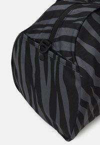 Nike Performance - GYM CLUB - Sportovní taška - black/fireberry - 4