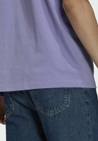 adidas Originals - PREMIUM TEE UNISEX - T-shirts basic - light purple - 5