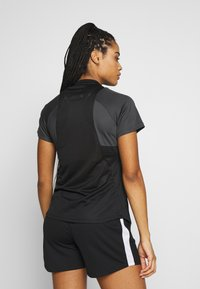 Nike Performance - DRY - T-shirts med print - black/anthracite