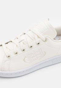 adidas Originals - STAN SMITH UNISEX - Zapatillas - offwhite/footwear white/clear brown - 5