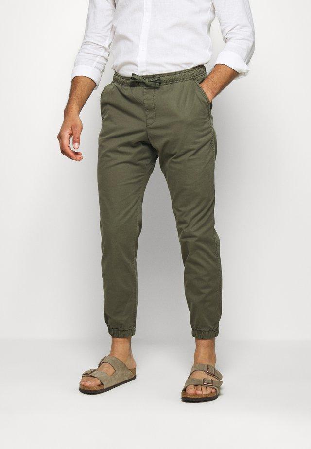 JOGGER  - Tracksuit bottoms - moss