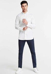 Guess - OXFORD-HEMD - Formal shirt - weiß - 1