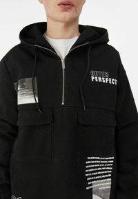 Bershka - MIT BAUCHTASCHE UND PRINT  - Veste en jean - black - 3