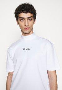 HUGO - DAKAYO - Print T-shirt - white - 3