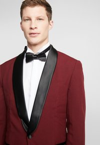 OppoSuits - HOT TUXEDO - Kostuum - burgundy - 6