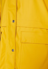 ONLY Tall - ONLTRAIN RAINCOAT - Regnjakke / vandafvisende jakker - yolk yellow - 2
