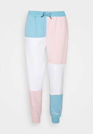 SIGNATURE BLOCK PANTS - Teplákové kalhoty - light blue