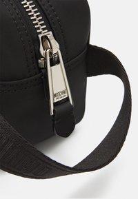 MOSCHINO - WASH BAG UNISEX - Wash bag - black - 3
