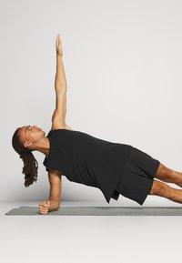 Nike Performance - ACTIVE YOGA - Korte sportsbukser - black/gray - 3