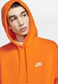 Nike Sportswear - CLUB HOODIE - Luvtröja - magma orange/white - 3