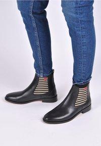 Crickit - CHELSEA BOOT SUVI MIT STREIFEN UND HERZCHEN - Classic ankle boots - schwarz - 0