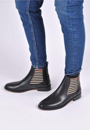 CHELSEA BOOT SUVI MIT STREIFEN UND HERZCHEN - Classic ankle boots - schwarz