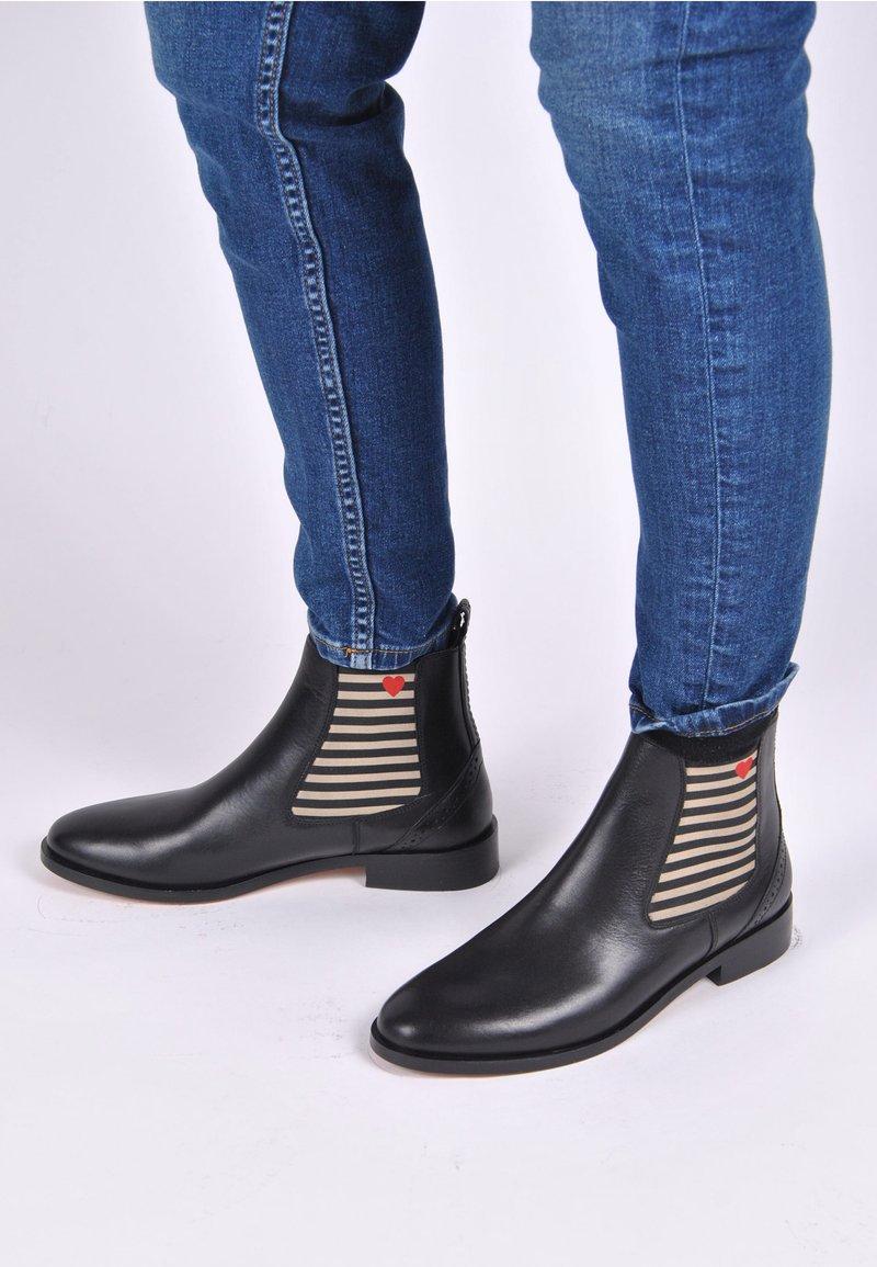 Crickit - CHELSEA BOOT SUVI MIT STREIFEN UND HERZCHEN - Classic ankle boots - schwarz