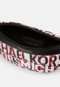 Michael Kors - GREYSON SMALL HIP BAG UNISEX - Marsupio - black - 4