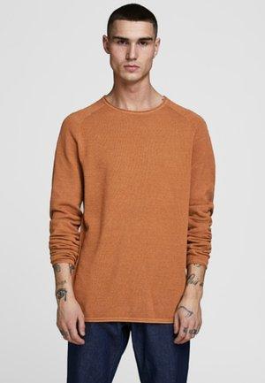 JJEHILL CREW NECK - Stickad tröja - umber