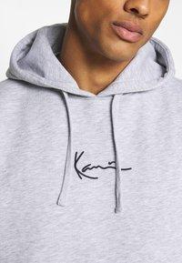 Karl Kani - SMALL SIGNATURE HOODY UNISEX - Sweatshirt - ash grey - 5