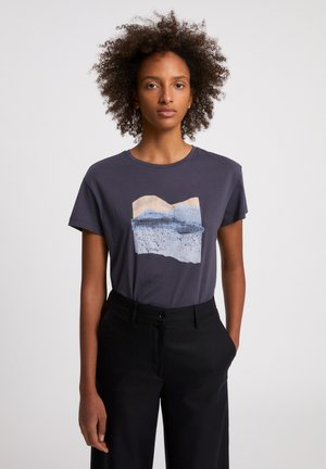 NELAA LANDSCAPE COLLAGE  - Print T-shirt - anthra