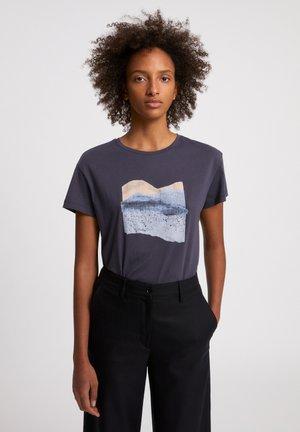 NELAA LANDSCAPE COLLAGE  - T-shirt print - anthra
