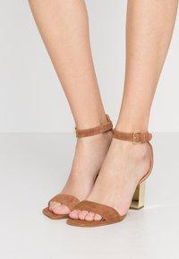 MICHAEL Michael Kors - PETRA ANKLE STRAP - Sandály na vysokém podpatku - luggage - 0