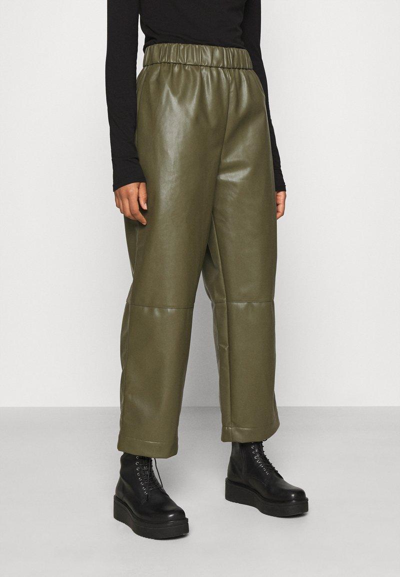 Monki - CELESTE TROUSERS - Trousers - khaki