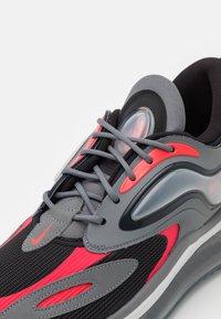 Nike Sportswear - AIR MAX ZEPHYR - Sneakers basse - smoke grey/siren red/black/photon dust - 3