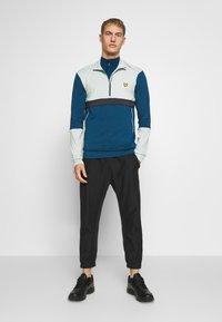 Lyle & Scott - PERFORMANCE SEAMLESS MIDLAYER - Sports shirt - deep fjord marl - 1