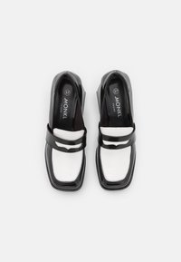 Monki - VEGAN BENNY LOAFER - Escarpins - black/white - 5