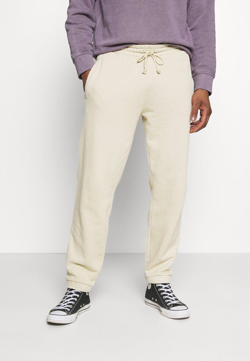 Reebok Classic - CLASSIC NATURAL DYE SEASONAL - Pantaloni sportivi - stucco