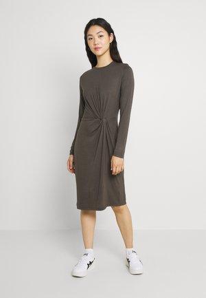 PCNEORA KNOT DRESS - Žerzejové šaty - black olive