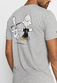 New Era - NFL SNOOPY TEE OAKLAND RAIDERS - T-shirts print - gray - 4