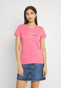 Tommy Jeans - ESSENTIAL - Triko spotiskem - botanical pink - 0