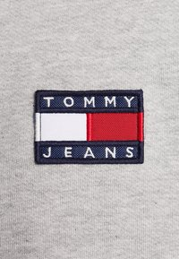 Tommy Jeans - BADGE CREW UNISEX - Bluza - grey - 6