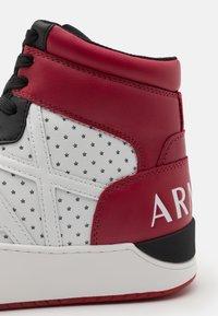 Armani Exchange - Sneakers hoog - white/black/red - 5
