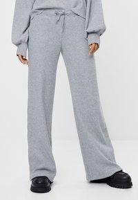 Bershka - MIT WEITEM BEIN UND KORDEL - Kalhoty - light grey - 0