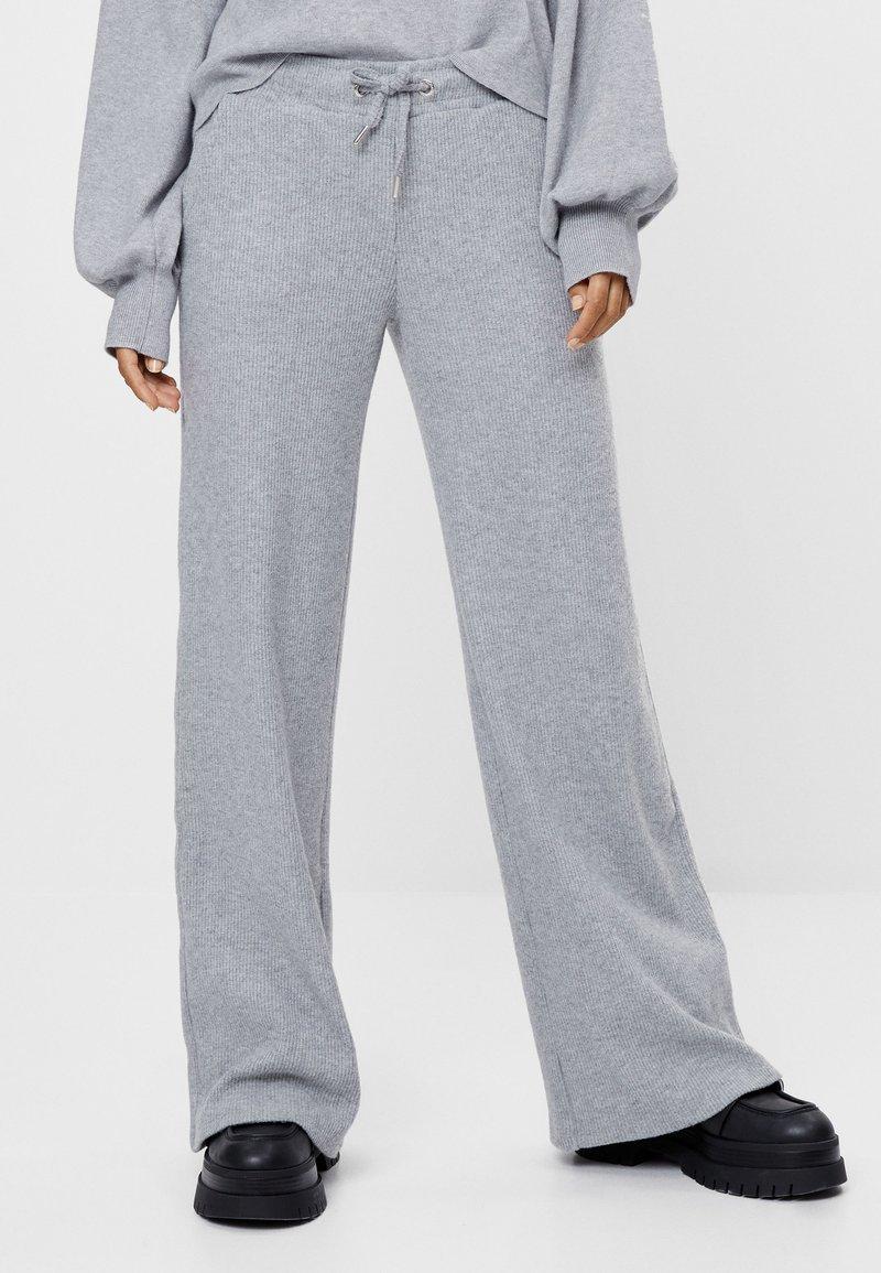 Bershka - MIT WEITEM BEIN UND KORDEL - Kalhoty - light grey