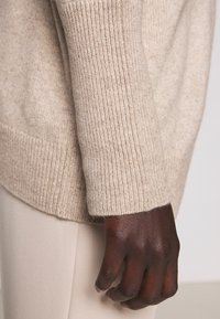 CHINTI & PARKER - THE RELAXED - Sweter - oatmeal - 8