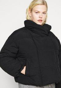 Pieces Curve - PCSAZEL SHORT PUFFER JACKET CURVE - Winter jacket - black - 5