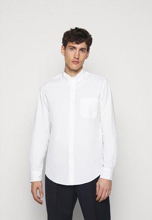 SLIM ORGANIC WASHED SOLID - Košile - white