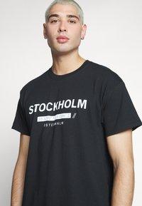 New Look - STOCKHOLM PRINT TEE - T-shirt z nadrukiem - black - 3