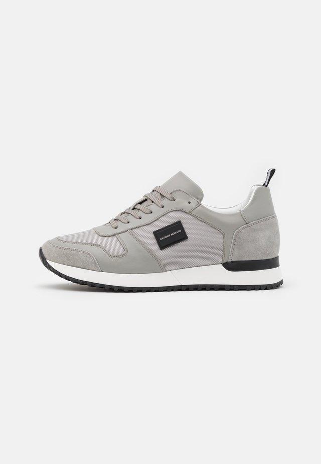 RUN METAL - Sneakersy niskie - stone