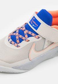 Nike Performance - TEAM HUSTLE D 10 SE UNISEX - Koripallokengät - desert sand/light smoke grey - 5