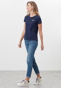 Tom Joule - MIT RUNDHALSAUSSCHNITT CARLEY  - Print T-shirt - französisch marineblau - 1
