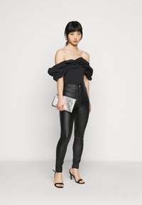 Missguided Petite - RUFFLE NECK BARDOT - Print T-shirt - black - 1