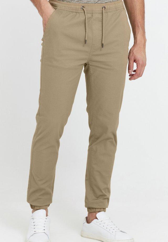 THEREON - Pantalon de survêtement - sand