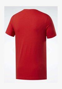 Reebok - GRAPHIC SERIES REEBOK STACKED TEE - T-shirts print - red - 1