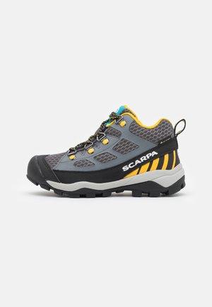 NEUTRON MID KID GTX UNISEX - Obuwie hikingowe - dark gray/yellow