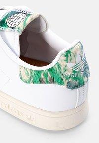adidas Originals - STAN SMITH UNISEX - Baskets basses - white/off white - 5
