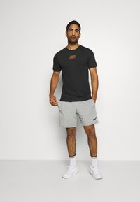 Nike Performance - TEE - T-shirt imprimé - black - 1